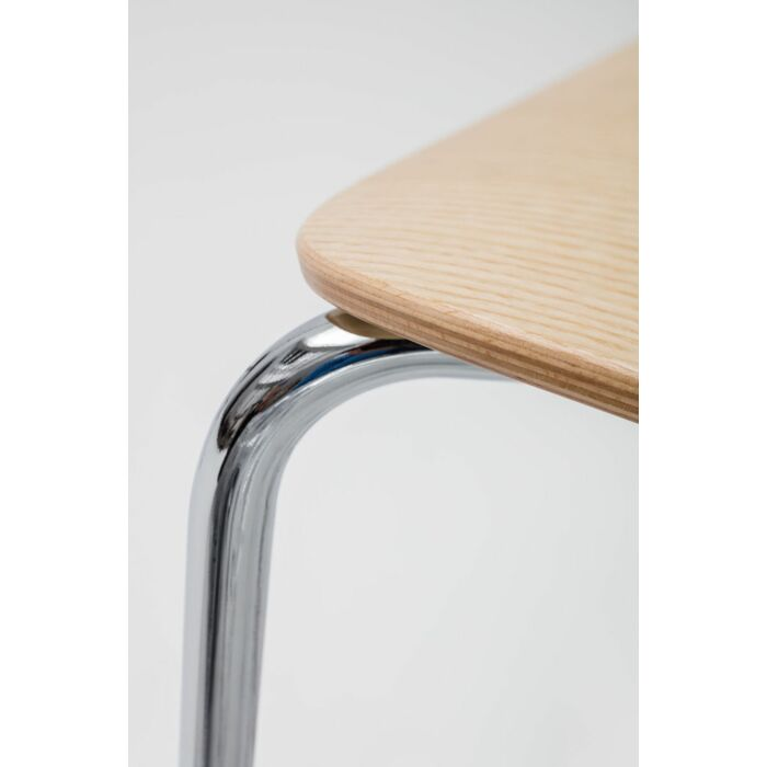 <strong>New School chair Color: </strong> M025 <strong>Base color: <strong> 0017